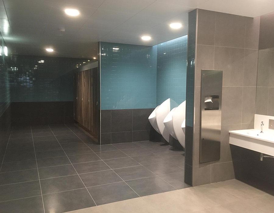 Instalações Sanitárias na Sala de Recolha de Bagagens e no Piso 3 na Aerogare do Aeroporto de Faro